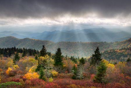 ridges: Blue Ridge Parkway Scenic Autumn Landscape with sunbeams sui Monti, con fogliame di autunno Archivio Fotografico
