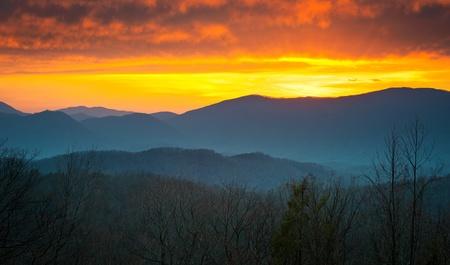 tennesse: Sunset de Parque Nacional Great Smoky Mountains en Gatlinburg TN con monta�as en capas
