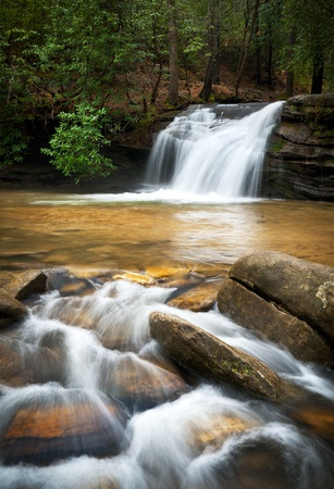 recursos naturales: Cascada de monta�a relajante con liso sedoso que fluye el agua en las monta�as Blue Ridge Foto de archivo