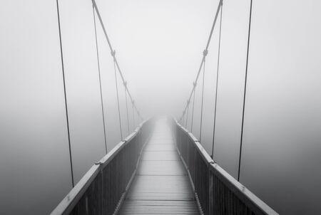 Spooky Niebla densa en Puente Colgante de fuga solo en Creepy Desconocido distancia Foto de archivo