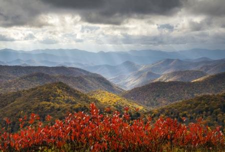 Scenic Autumn Blue Ridge Parkway Herbstlaub Crepuscular Light Rays Reise-und Urlaubsziel Standard-Bild