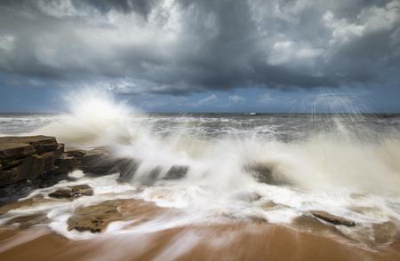 coquina: St. Augustine Beach FL Seascape estrellarse las olas del oc�ano en las rocas coquina en Washington State Park Oaks Florida a lo largo de la costa este del Oc�ano Atl�ntico Foto de archivo