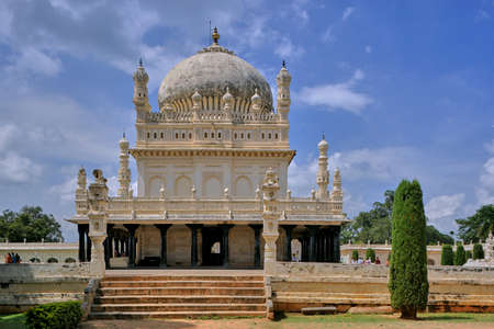 30 Oct 2009 The Gumbaz at Srirangapatna is a Muslim mausoleum holding the graves of Tippu Sultan, his father Hyder Ali and his mother Fakr-Un-Nisa. Mysore, Karnataka, India