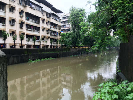 27 July 2019 overflow channel at lok gram kalyan east maharashtra India 新聞圖片