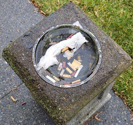 湛水公共灰皿のゴミの完全のショット