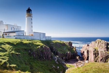 Rua Reidh Lighthouse with deep crevice leading to sea Stockfoto