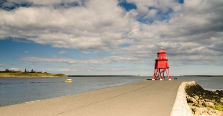 Groyne Lighthouse in the mouth of the River Tyne at South Shields to protect the beach and help with navigation 免版税图像