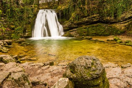 wensleydale: Janets Foss Cascada  Gordale Beck fluye sobre Janets Foss cascada cerca de Malham en el Yorkshire Dales National Park Foto de archivo
