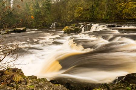 wensleydale: Aysgarth Falls  Aysgarth Las ca�das son un triple de vuelo de saltos de agua tallados por el r�o Ure m�s de un tramo de casi una milla en los valles de Yorkshire