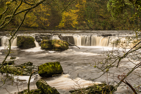 wensleydale: Aysgarth Falls are a triple flight of waterfalls carved out by the River Ure over an almost one mile stretch in the Yorkshire Dales Stock Photo