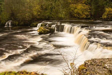 ure: Aysgarth Falls are a triple flight of waterfalls carved out by the River Ure over an almost one mile stretch in the Yorkshire Dales Stock Photo