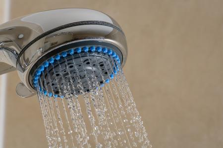 cabeza: Primer plano de la cabeza de ducha de la cabeza  ducha con agua corriente en el ba�o Foto de archivo