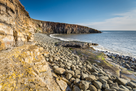howick: Rock Structure at Cullernose Point  The geology of the cliffs and Whin Sill at Cullernose Point are clearly seen along the rocky shoreline in Northumberland Stock Photo