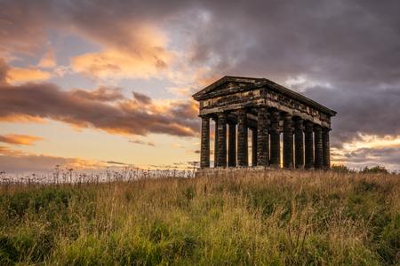 templo: Penshaw Monumento al atardecer Penshaw Monumento es una copia m�s peque�a del templo griego de Hefesto en Atenas. Erigido en 1844 la locura est� a 20 metros de altura y domina el horizonte de Wearside Foto de archivo