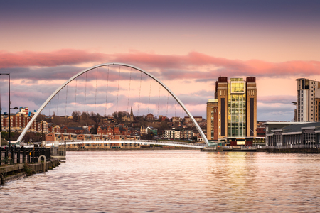 Millennium Bridge at sunset - The Iconic Millennium Bridge crosses the River Tyne joining the Quaysides of Newcastle 免版税图像