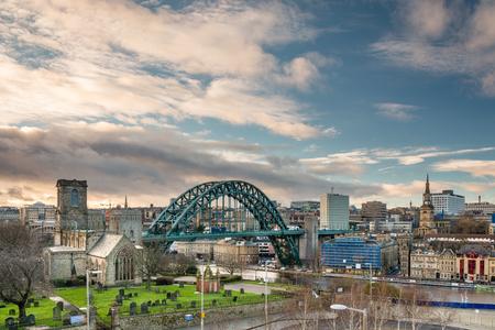 iglesia: Newcastle horizonte - horizonte de Newcastle con el puente de Tyne ic�nica. Foto de archivo