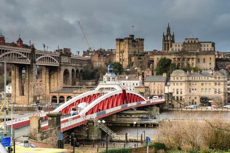 columpio: Newcastle Mantener allá del puente giratorio - El puente giratorio ocupa la posición de la travesía Tyne originales. Más allá es el torreón del castillo para protegerlo y la catedral de San Nicolás