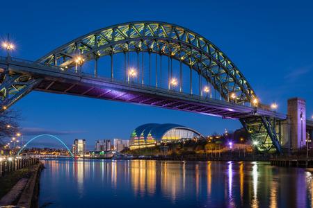 Tyne Bridge 's nachts - De iconische bruggen over de rivier de Tyne tussen Newcastle en Gateshead