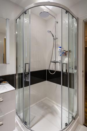 cabaña: Cubículo de ducha de esquina como un recinto cuadrante moderno con puertas correderas