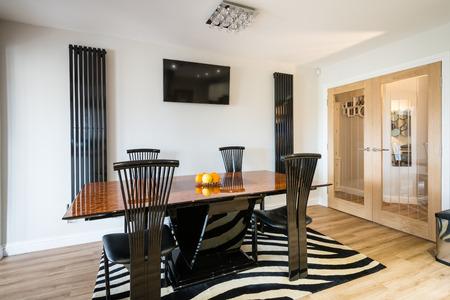 Moderna Sala da pranzo di un design contemporaneo in una grande cucina abitabile camera con parete TV e radiatori