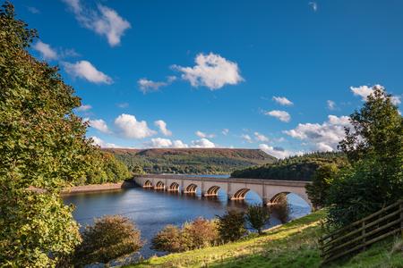 Ashopton viaducto por encima de depósito de Ladybower, que están situados en el Alto Valle de Derwent, en el corazón del Parque Nacional de Peak District Foto de archivo