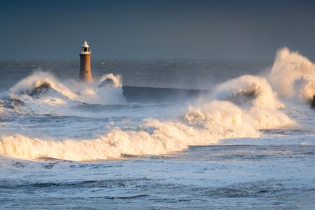 Tynemouth Lighthouse의 폭풍우 치는 파도 폭풍우 치는 바다가 Tynemouth North Pier에 부딪혀 Tyne 강가에 파도가 부딪 치는 파도를 일으 킵니다.