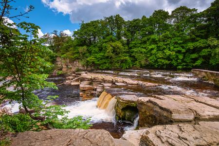 Richmond Falls bij laag water, in de marktstad Richmond, gelegen aan de rand van de Noord-Yorkshire Dales, aan de oevers van de rivier de Swale