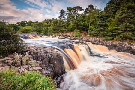 River Tees cascades over Low Force, and the Whin Sill waterfall, and the Pennine Way following the southern riverbank Stockfoto
