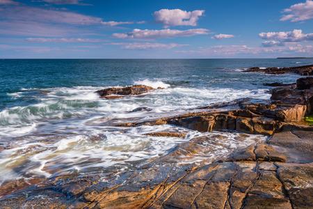 小さなビーチと小さな崖に入り江にあるゴロゴロ ゴロゴロ カーン ハウィック ノーサンバーランドの海岸線の近くで、カーン岩