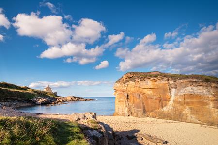 ハウィック ノーサンバーランドの海岸線の近くのゴロゴロのカーンのビーチにある小さなビーチと小さな崖に入り江