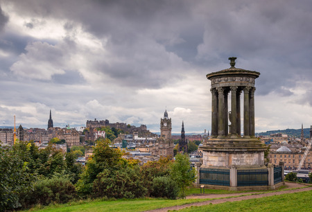 Edinburgh Skyline and Dugald Stewart Monument, on Calton Hill in central Edinburgh, which offers great views of the city skyline and has several iconic monuments Stockfoto