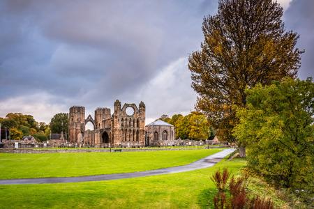 엘긴 대성당 (Elgin Cathedral)은 중세의 파멸이며 13 세기에 루시 강 (Lossie River) 유역에 세워졌습니다.