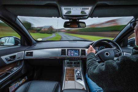 Urban Car Drive con External Blur e auto in movimento che crea un'azione dinamica dall'interno, di giorno Archivio Fotografico - 94975375
