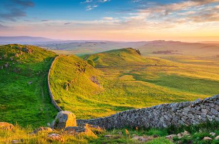 Golden Light en Hadrian's Wall Caw Gap en el hermoso Parque Nacional de Northumberland. Popular entre los caminantes a lo largo del Camino del Muro de Adriano y el Camino de los Peninos