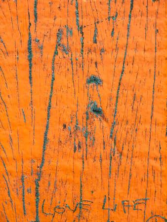 love of life: primo piano di invecchiamento in legno spiaggia marcatore posto mostrando vernici alterate arancione e teh vita l'amore di testo Archivio Fotografico