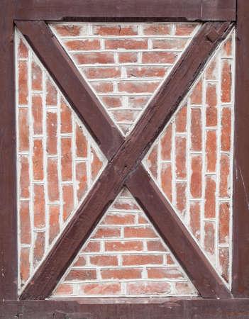frame on wall: dettaglio di mattoni rossi e legno verniciato marrone in parete in legno telaio