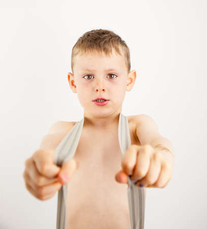 nackte brust: Portr�t eines kleinen Jungen suchen hart tr�gt Hosentr�ger �ber eine nackte Brust Lizenzfreie Bilder