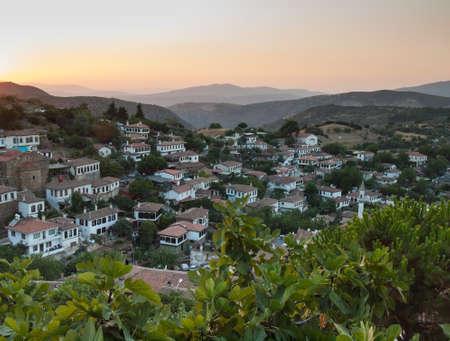 feigenbaum: Aussicht auf die t�rkische Dorf Sirince in Izmir Provinz bei Sonnenuntergang mit Feigenbaum in Forground Lizenzfreie Bilder