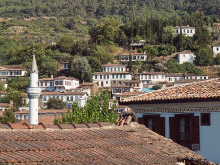 feigenbaum: Blick auf das t�rkische Dorf Sirince in Izmir Provinz mit Feigenbaum in Forground Lizenzfreie Bilder