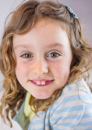 ojos marrones: retrato de la peque�a ni�a de cabello rizado con ojos marrones sonriendo Foto de archivo