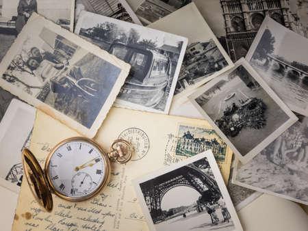 Reloj de bolsillo con viejas fotografías y tarjetas postales Foto de archivo - 34224574