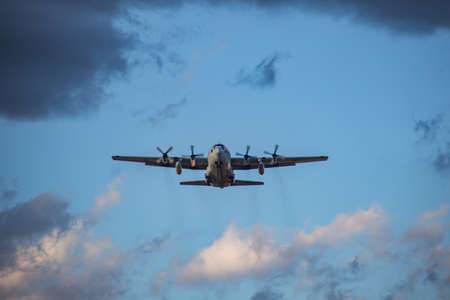 Un trasporto di forza di autodifesa giapponese C-130 decolla dalla stazione aerea navale Atsugi, una base aerea condivisa dalla JSDF e dalla marina statunitense situata nella prefettura di Kanagawa, in Giappone. Questo aereo stava praticando decolli e atterraggi al momento di questa foto.