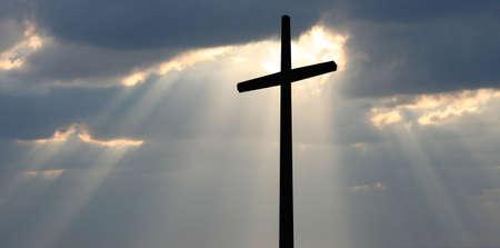 almighty: Croce contro un cielo nuvoloso Archivio Fotografico