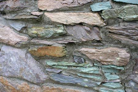 tremp�e: A vibrant tremp�s de pluie multicolore de la pierre naturelle et de l'ardoise mur.