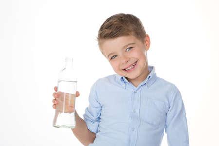Enfant tenant un flacon d'eau dans sa main Banque d'images - 33405870