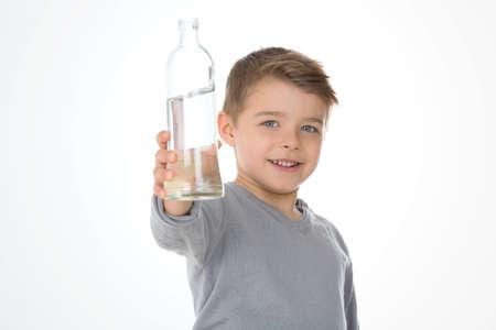 Enfant montre une bouteille d'eau Banque d'images - 33470929