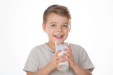 leche: ni�o bebe un vaso de leche Foto de archivo