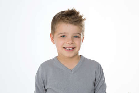 lachende jonge jongen in commerciële pose