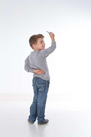 Niño está esperando instrucciones antes de escribir Foto de archivo - 33983054
