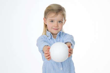 Généreuse enfant donne à quelqu'un une boule blanche parfaite Banque d'images - 34735205